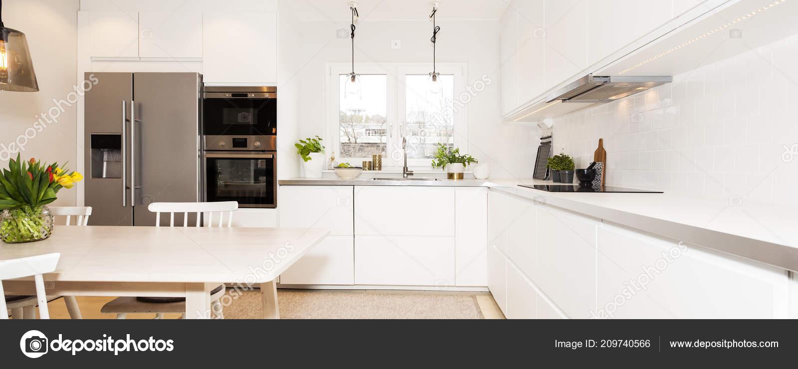 Ausgefallene Küche Interieur Mit Küche Tisch Und Stühlen Stockfoto
