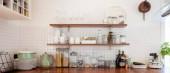 nápis z interiéru kuchyně s stůl a bílé skříně