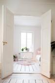Fényképek skandináv otthon belső nyitott ajtók gyerekek szoba rózsaszín és fehér bútorokkal