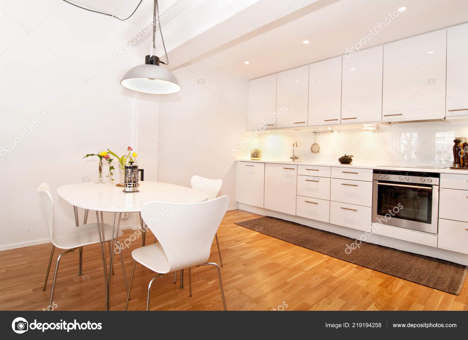 Interior Una Cocina Blanca Con Mesa Cocina — Foto de stock ...