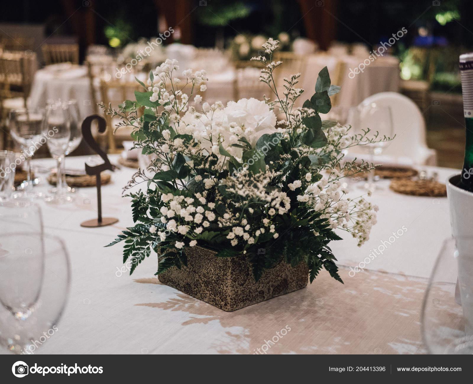 35da729728 Fehér Virágok Egy Esküvői Asztaldísz — Stock Fotó © ezeps #204413396