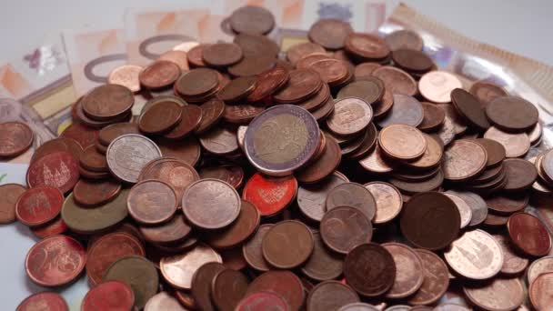 Mnoho mincí a bankovek, euro, peníze