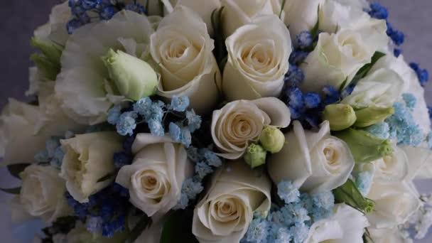 Svatební kytice s barevnými růžemi