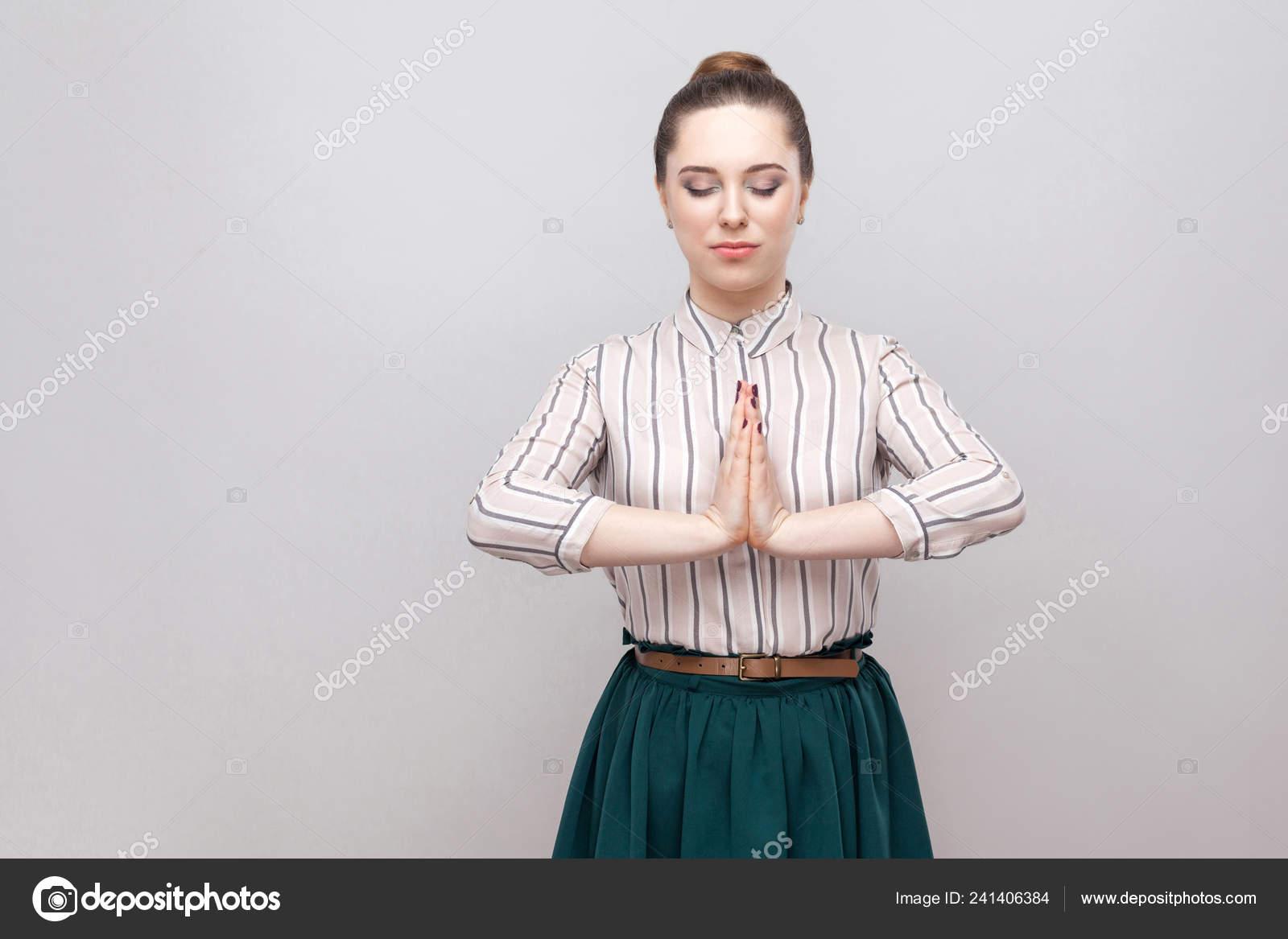 189bfa6daf Retrato Mujer Joven Tranquila Camiseta Rayas Falda Verde Con Pie — Fotos de  Stock