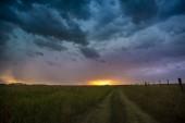 Fotografie Nachtlandschaft mit stürmischen Wolken