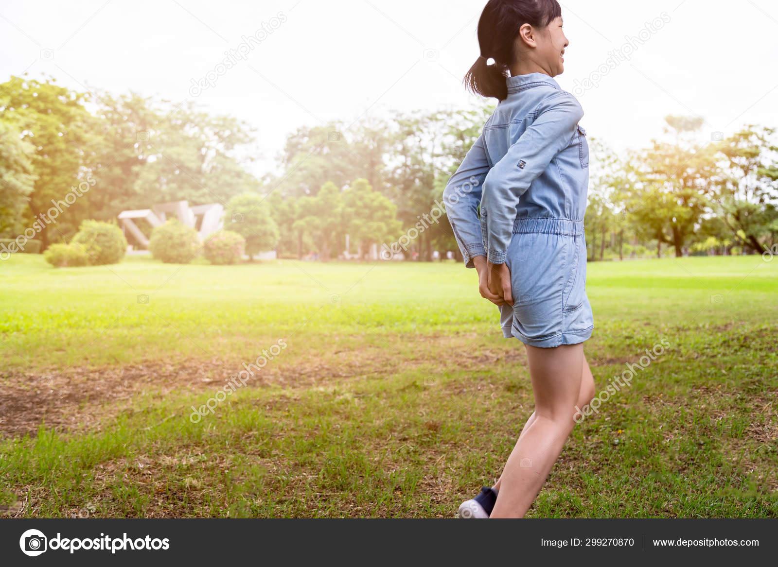 Asiaticas Ass asian child girl has diarrhoea and holding her butt,hands
