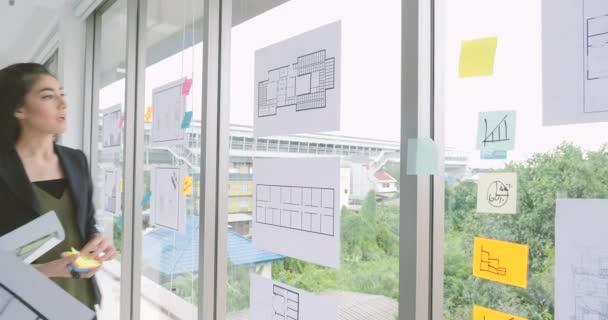 Tým architektů diskuzí v úřadu
