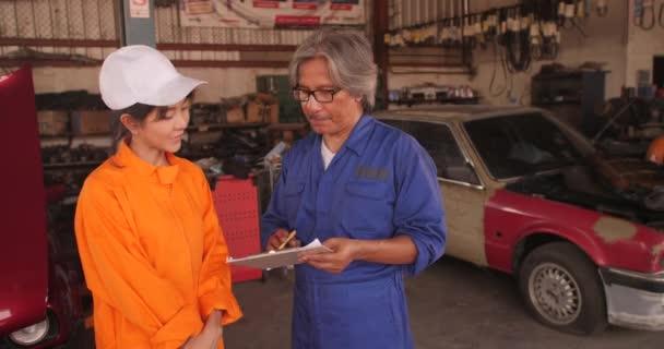 Csapat hivatásos szerelő végezhet egy autót a műhelyben portréja.