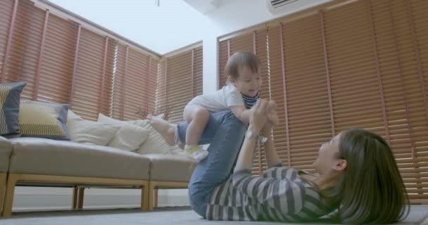 Matka a její syn miminko baví a hraje doma