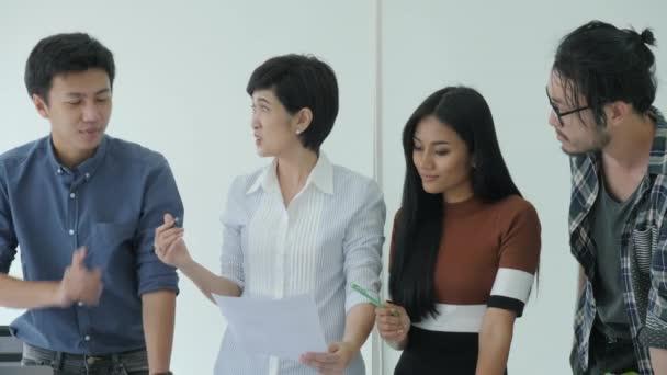 Ötletbörze, megosztása az új ötlet a modern office üzleti találkozója