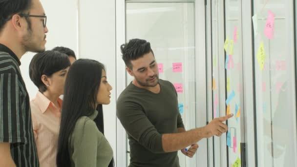 Obchodní tým diskuzí pomocí poznámek sticky notes