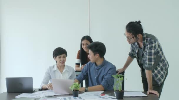 Geschäftsteam trifft sich zum Brainstorming und teilt neue Ideen im modernen Büro