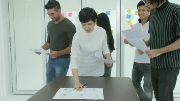 Fiatal üzleti csoport brainstorming, új ötletek a modern iroda megosztási.