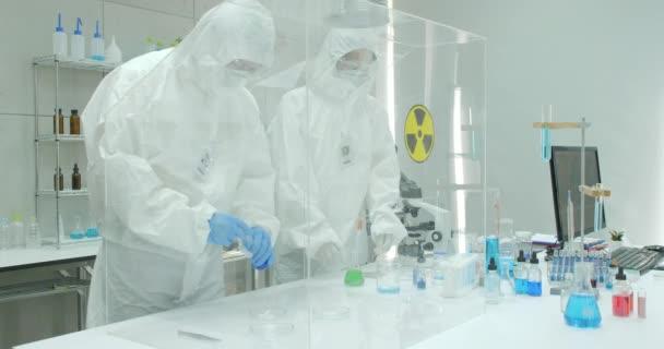 Biztonságos, magas szintű kutatási laboratórium tudós csapat.