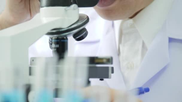 Lékařského výzkumu vědci pracují na moderní laboratoře
