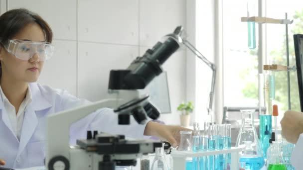 Orvosi kutatás tudósok munka, a modern laboratóriumi.