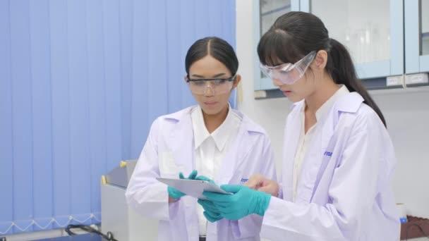 Lékařský výzkum vědců s tablet pc v laboratoři