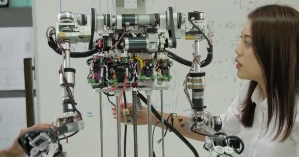 junges Elektroniker-Team arbeitet in der Werkstatt am Bau von Robotern.