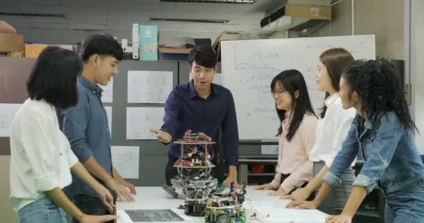 Gruppe von erfolgreiche kreative Ingenieure mit ihren Erfolg zu feiern
