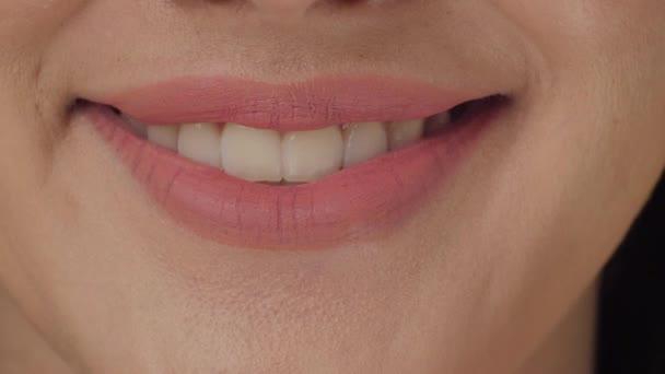 Usmívající se žena ústa s velkými bílými zuby zblízka