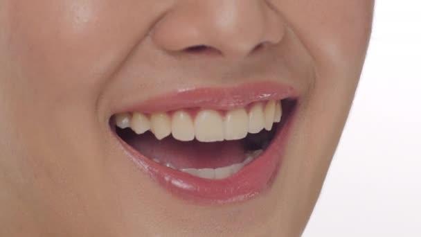 zblízka ženy s úsměvem proti Bílému pozadí