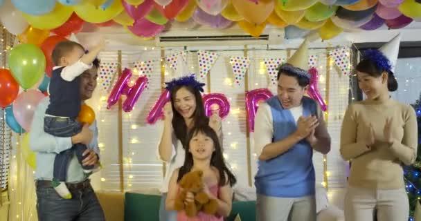 Fiatal ázsiai család együtt táncolni fél esetén az otthoni csoport.