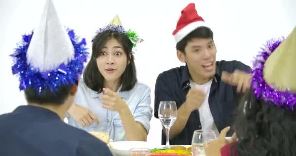 Skupina asijských lidí shromáždil u stolu a společně slaví Vánoce s lahodné jídlo na nový rok party.