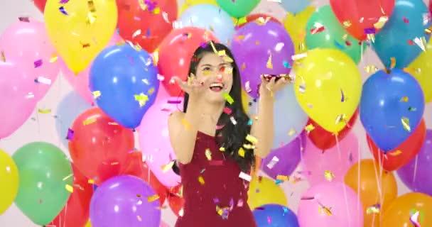 Krásné asijské ženy tančí s barevné bubliny pozadí na večírku v pomalém pohybu.