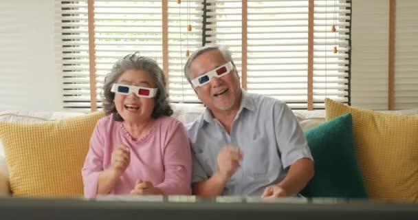 Asijské starší pár 3d brýlemi a tančí spolu v obývacím pokoji.