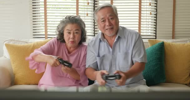 Ázsiai idősebb pár játék együtt, otthon, boldog érzelem.