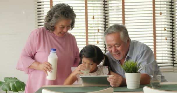 Nonno felice e nonna con la nipote piccola relax emozione insieme a casa