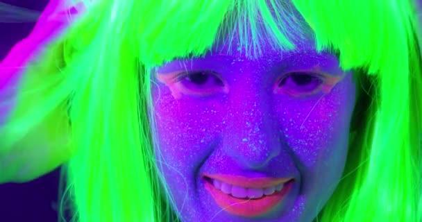 Lassú motin gyönyörű szexi nők, fluoreszkáló smink és a ruha tánc neon fényben.