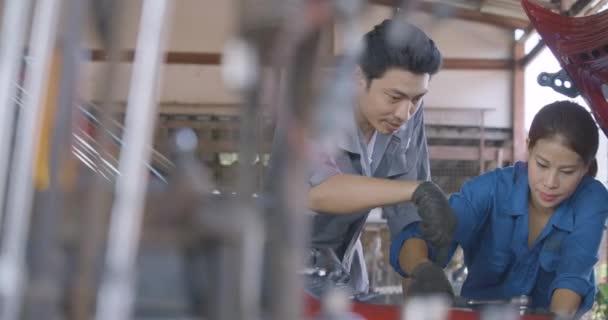 Mechaniky instruktory pro ženské stážista na opravu auto v garáži