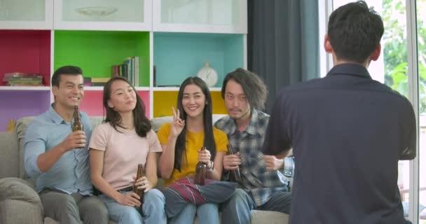 Skupina mladých přátel párty a těší na pořízení fotografie na gauči společně doma