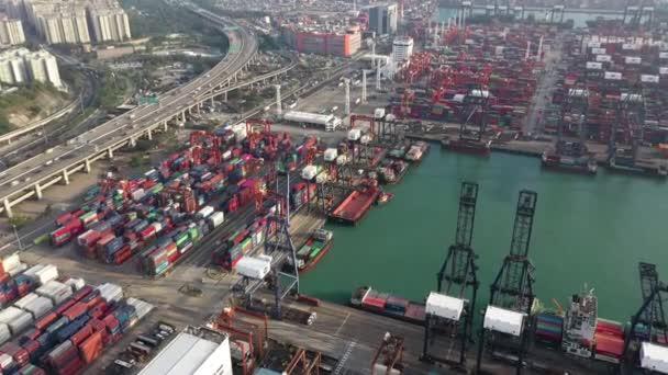 Letecký pohled na Hong Kong mezinárodní nákladní lodní přístav a kontejner dvoře.