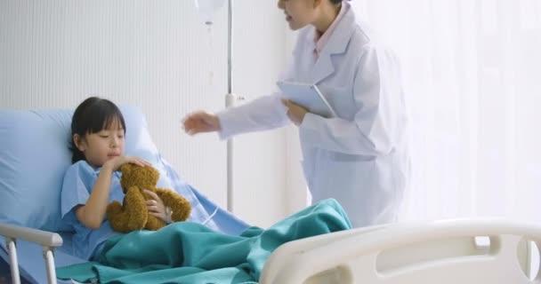 Kleines Mädchen im Gespräch mit Ärztin auf Intensivstation