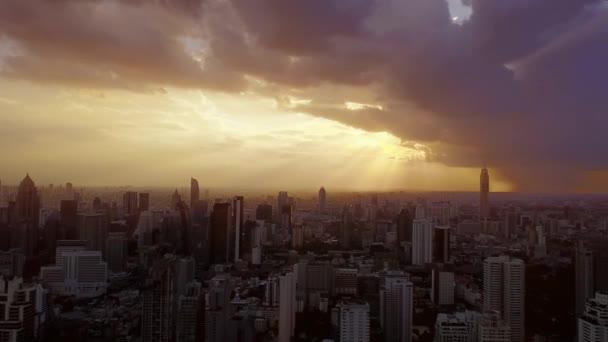légi felvétel Bangkok város naplementekor.