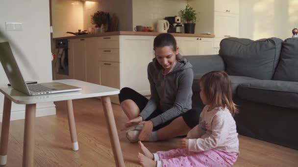 Online-Fitnesstraining für Mutter und Kind. Sport zu Hause mit Kindern. Covid-19 unter Quarantäne