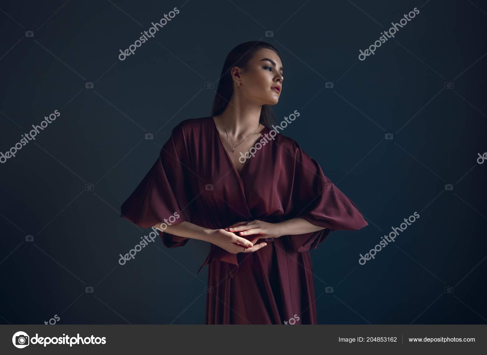 Élégante Beauté Jeune Fille Une Portrait Robe Dans Bordeaux Wb2eIDH9YE