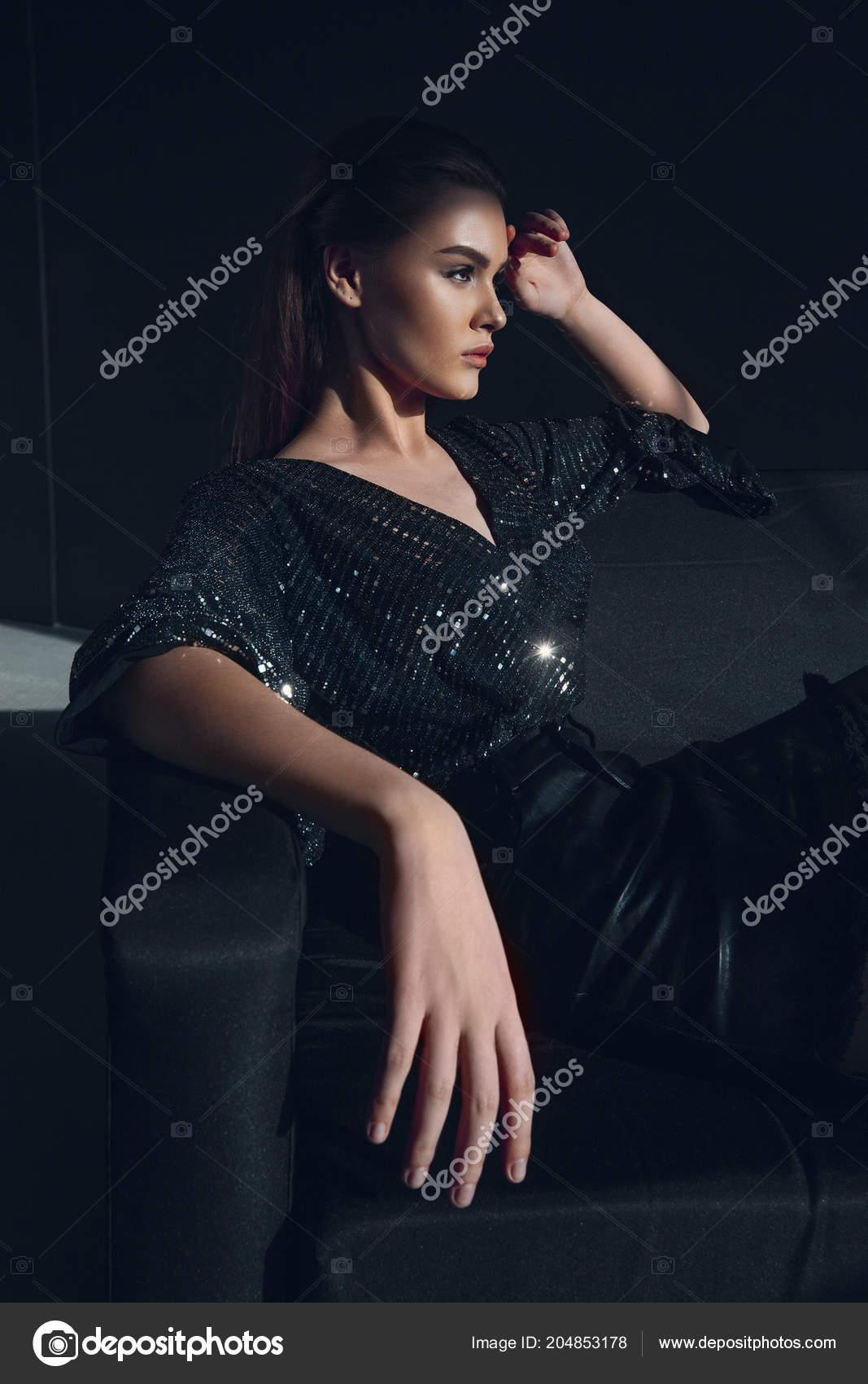bd3005f5efb1 Giovane ragazza elegante in vestito nero lucido in paillettes. Ritratto di  bellezza– immagine stock