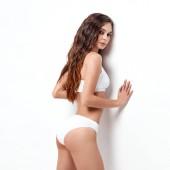 sexy junge Frau in Unterwäsche auf weißem Hintergrund. Schönheitsporträt