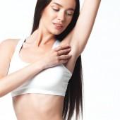 Sexy junge Frau in Unterwäsche auf weißem Hintergrund. Schönheit-Porträt