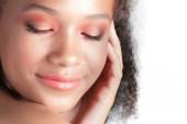Giovane bella ragazza nera con il primo piano pelle pulizia perfetta. Ritratto di bellezza
