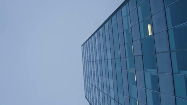 červi sledování očí záběr mrakodrapu pod modrou oblohou