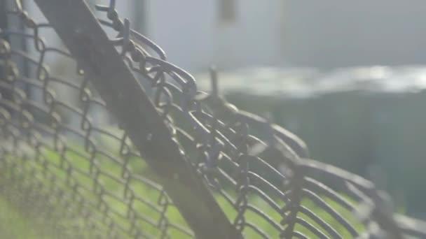 Starý drátěný plot kolem budovy