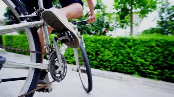 muž Cyklistika pro cvičení ve vesnici.Společenský odstup mezi rodinou, koncept koronaviru, covid-19 pandemie.Práce z domova (WFH), Společenský odstup, Karanténa,