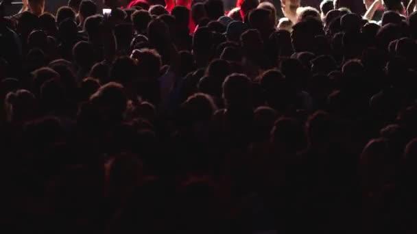 Dav lidí tančí  fandění na hudební Festival koncert