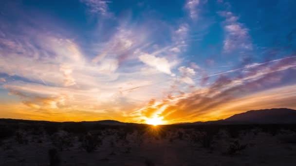 Golden Sunrise v kalifornské poušti, malebná krajina časová prodleva