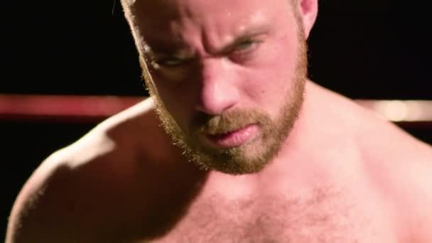 Zpomalený pohyb portrét agresivní Pro Wrestler v zápase prsten