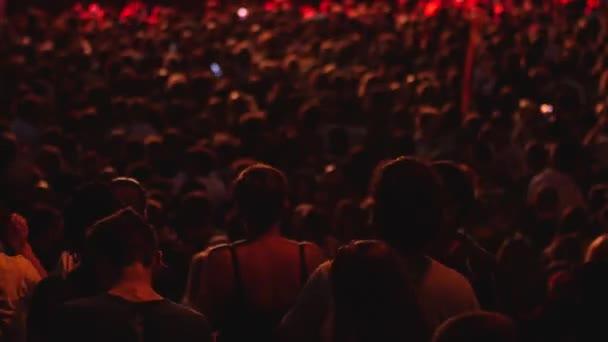 Tömeg ember tánc  éljenzés fesztivál koncert